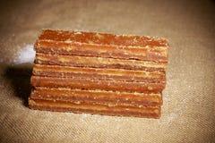 Azúcar de Brown dispuesto en fila Fotos de archivo