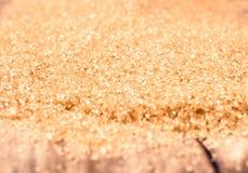 Azúcar de Brown en cierre de madera del fondo para arriba, aún vida. Parte posterior de la comida Imagen de archivo libre de regalías