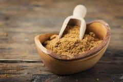 Azúcar de Brown en fondo de madera Foto de archivo