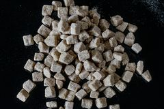 Azúcar de Brown en fondo negro imagen de archivo libre de regalías
