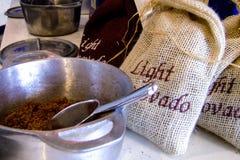 Azúcar de Brown en una taza del metal Imágenes de archivo libres de regalías