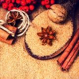 Azúcar de Brown, especias, canela, anís de estrella y nueces en un b de madera Imagen de archivo libre de regalías