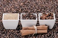 Azúcar de Brown, granos de café anís y canela Fotos de archivo libres de regalías