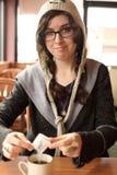 Azúcar de colada de la mujer en café Imagen de archivo