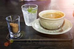 Azúcar de la taza de café y agua izquierdos de la bebida Imagen de archivo libre de regalías
