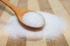 Azúcar en el tablero y la cuchara Foto de archivo libre de regalías