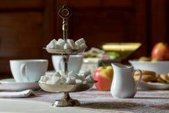 Azúcar en forma de corazón en la mesa de desayuno Foto de archivo