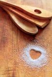 Azúcar en forma de corazón en tabla de cortar Imagen de archivo