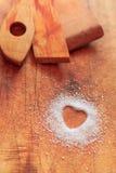 Azúcar en forma de corazón en tabla de cortar Foto de archivo libre de regalías