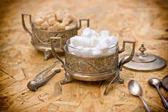 Azúcar en los envases de plata - cuencos antiguos Fotos de archivo libres de regalías