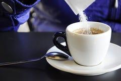 Azúcar en una taza de café Foto de archivo libre de regalías