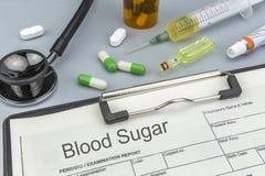 Azúcar, medicinas y jeringuillas de sangre como concepto Fotos de archivo libres de regalías