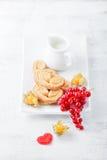 Azúcar y canela en forma de corazón del wiith de las galletas Imágenes de archivo libres de regalías