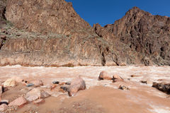 AZ盛大峡谷纪念碑小河加入科罗拉多在花岗岩急流的地方 库存图片