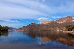AZ-δυτικά βουνό δεισιδαιμονίας αγριότητα-κοντά στο ίχνος Apache Στοκ Εικόνες