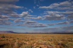 AZ-vermiljoenen Klippen zoals die van de verre weg worden gezien die tot de Wildernis van de Zadelberg op de het Noordenrand leid Stock Fotografie