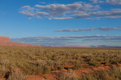 AZ-vermiljoenen Klippen zoals die van de verre weg worden gezien die tot de Wildernis van de Zadelberg op de het Noordenrand leid Royalty-vrije Stock Afbeelding