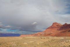 AZ-vermiljoenen Klippen zoals die van de verre weg worden gezien die tot de Wildernis van de Zadelberg op de het Noordenrand leid Stock Foto