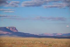 AZ-vermiljoenen Klippen zoals die van de verre weg worden gezien die tot de Wildernis van de Zadelberg op de het Noordenrand leid Stock Foto's