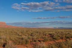 AZ-Zinnoberrot-Klippen, wie von der Fernstraße gesehen, die zu die Sattel-Gebirgswildnis auf der Nordkante Grand Canyon s führt Lizenzfreies Stockbild