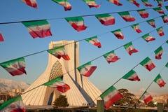 Azadi纪念碑和庆祝伊朗旗子在德黑兰 免版税库存图片