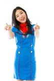 Azafata de aire asiática que señala en usted de ambas manos aisladas en el fondo blanco Foto de archivo libre de regalías