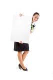 Azafata hermosa que sostiene la hoja en blanco Foto de archivo