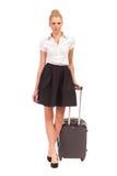Azafata que camina con la maleta de la carretilla. Imagen de archivo libre de regalías