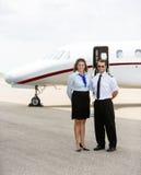 Azafata y piloto Standing Together Against Fotografía de archivo