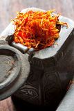 Azafrán en el estaño del hierro Fotografía de archivo