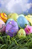 azalii okwitnięcia kolorowa Easter jajek trawa Zdjęcie Royalty Free