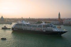 ` Azamara de voering van de Zoektocht` Cruise gaat de Giudecca-Straat over Venetië stock afbeeldingen