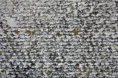Azbesta łupku betonu tekstura zakrywająca z liszajem i mech, przemysłowy materialny naturalny cement, w górę zdjęcie stock