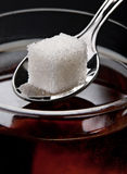 Azúcar en té Fotos de archivo libres de regalías