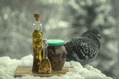 Azeite com especiarias e as ervas aromáticas, e um frasco das azeitonas imagens de stock