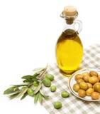 Azeite e ramo de oliveira isolados no branco Fotos de Stock