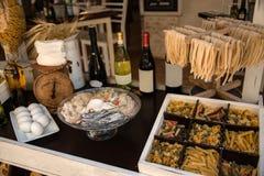 Azeite e vinho italianos da massa dos macarronetes de ovo para cozinhar Imagem de Stock Royalty Free