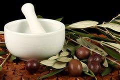 Azeitonas, almofariz e pilão Fotografia de Stock Royalty Free