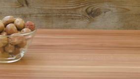 Azeitonas brancas deliciosas em uma bacia de vidro filme