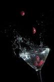 Azeitonas de Calamata que deixam cair no vidro Foto de Stock Royalty Free