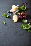 Azeitonas de Kalamata, Parmesão e folhas frescas da manjericão Imagem de Stock