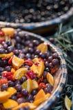 Azeitonas de Kalamata postas de conserva no mercado fotografia de stock royalty free