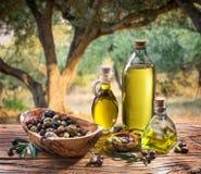 Azeitonas e azeite em uma garrafa Foto de Stock Royalty Free