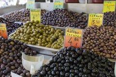 Azeitonas e azeite para a venda em um mercado para produtos agrícolas imagem de stock
