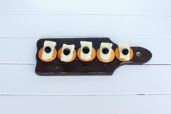 Azeitonas e biscoitos do queijo do camembert Dieta e culinária mediterrâneas no fundo branco fotos de stock royalty free