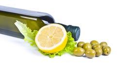 Azeitonas e frasco de petróleo verde-oliva Imagem de Stock Royalty Free