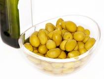 Azeitonas e frasco do petróleo verde-oliva imagens de stock