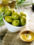Azeitonas e petróleo verde-oliva Fotografia de Stock