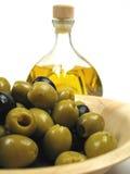 Azeitonas e petróleo verde-oliva Imagem de Stock