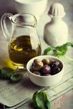 Azeitonas e petróleo verde-oliva pstos de conserva Fotos de Stock